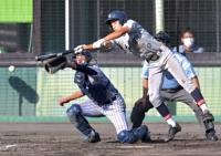 佐久長聖―上田西 七回佐久長聖無死満塁、森本が外角球に飛び付いて投前スクイズを決め、7-6と勝ち越す(捕手小川)
