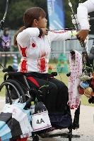 昨年7月、東京五輪・パラリンピックのテスト大会で、狙いを定める重定知佳=夢の島公園アーチェリー場