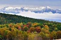 初冠雪した八ケ岳連峰と霧ケ峰高原の紅葉=18日午後1時36分