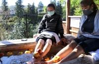 天竜川の流れに耳を澄まして「りんご足湯」を楽しむ観光客ら