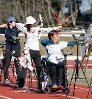 リカーブ女子予選に出場した、東京パラリンピック代表の重定知佳(手前)=愛知県岡崎市