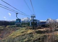 今季の営業を終えた御岳ロープウェイ。奧は御嶽山