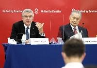 記者会見するIOCのバッハ会長。右は東京五輪・パラリンピック大会組織委の森喜朗会長=16日、東京都中央区(代表撮影)