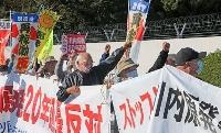 原発再稼働に反対し、拳を上げる抗議活動の参加者ら=17日午前9時43分、鹿児島県薩摩川内市