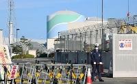 九州電力川内原発の正門。中央奥は1号機=17日、鹿児島県薩摩川内市