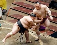 貴景勝が宝富士(右)を突き出しで破る=両国国技館