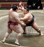 宝富士(左)を攻める貴景勝。突き出しで破る=両国国技館