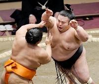 志摩ノ海(左)を攻める貴景勝。押し出しで下した=両国国技館