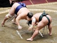 翠富士(右)が珍手「ずぶねり」で常幸龍を破る=両国国技館