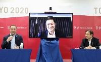 東京五輪・パラリンピック組織委との意見交換に、リモートで参加した車いすテニスの国枝慎吾。右は組織委の遠藤利明会長代行、左は室伏広治氏=18日、東京都中央区(代表撮影)