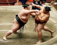 貴景勝(左)が突き出しで御嶽海を下す=両国国技館
