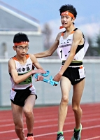 男子の川中島は2区の吉岡(右)が首位に立ち、3区の山崎が区間賞の走りで後続との差を広げた