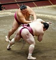 御嶽海(奥)が突き落としで宝富士を破る=両国国技館
