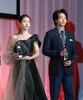 「第49回ベストドレッサー賞」を受賞したフリーアナウンサーの田中みな実さん(左)と俳優の中村倫也さん=25日午後、東京都内のホテル