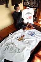 サンキューヒポポタマスホステルがネット販売するTシャツと革製品=松本市