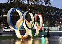 ライトアップされた、国立競技場前の五輪マークのモニュメント=1月、東京都新宿区