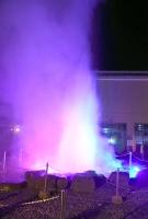 スポットライトに照らされた諏訪湖間欠泉センターの間欠泉