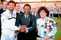 1987年6月、アルゼンチン―イタリアの試合前に手を握り合うマラドーナさん(右)とペレさん(中央)ら=スイス・チューリヒ(AP=共同)