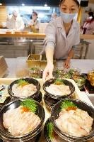 イベントで並べられた「ノドグロとヒラメの炙り丼」=26日、東京・新橋