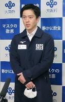 報道陣の取材に応じる吉村洋文知事=26日午後、大阪府庁