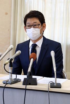 記者会見で店や感染者への誹謗中傷が相次ぐ状況を説明する八木社長=26日、伊那市