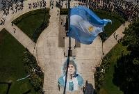 マラドーナさんに別れを告げるため列を作るファンら=26日、アルゼンチン・ブエノスアイレス(ゲッティ=共同)