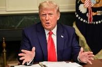 26日、米ホワイトハウスで記者団に話すトランプ大統領(ロイター=共同)