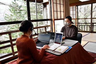 島崎藤村が執筆した客室で取引先との打ち合わせに臨むルミーズの社員ら=26日、小諸市