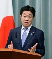 記者会見する加藤官房長官=27日午前、首相官邸