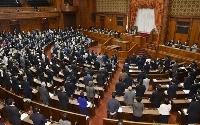東京五輪に合わせて来年に限り祝日を移動させる改正五輪特別措置法が可決、成立した参院本会議=27日午後