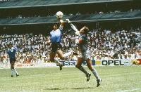 1986年W杯メキシコ大会準々決勝のイングランド戦で、「神の手ゴール」を決めるアルゼンチンのマラドーナさん(中央)、GKがシルトンさん=メキシコ市(Bob Thomas Sports Photography提供・ゲッティ=共同)