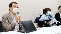 生殖補助医療に関する法案について記者会見する、日本障害者協議会の藤井克徳代表(左)と神経筋疾患ネットワークの見形信子代表=27日午後、衆院議員会館
