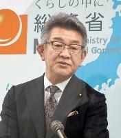 記者会見で携帯電話大手の契約移行手続きを批判する武田総務相=27日午前、総務省