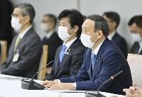 新型コロナウイルス感染症対策本部であいさつする菅首相=27日午後、首相官邸