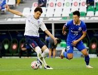 FC東京―上海申花 前半、競り合うFC東京・森重(左)=カタール・アルラヤン(共同)
