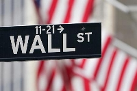 ニューヨークのウォール街にある標識(AP=共同)