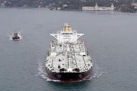 原油を積んで航行するタンカー=8日、トルコ・イスタンブール(ロイター=共同)