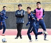 横山監督(左から2人目)が見守る中、集中力を高めて練習に臨むAC長野・東(同3人目)ら