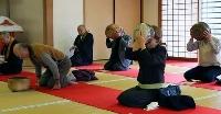 個別の茶わんで茶を楽しむ伝統行事「大茶盛」の参加者=28日午前、奈良市の西大寺