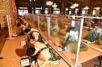僧侶が上半身を揺らしながら念仏を唱える東本願寺の「坂東曲」。感染症対策として、人数を減らし僧侶の間に仕切りを設置した=28日午前、京都市