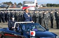 航空観閲式に出席した菅首相=28日午前、埼玉県の航空自衛隊入間基地(代表撮影)