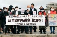 署名活動への賛同を訴える広島県原水協の高橋信雄代表理事(前列中央)ら=28日午前、広島市
