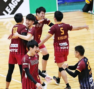 VC長野―パナソニック フルセットの末に今季初勝利を飾り喜ぶVC長野の選手たち