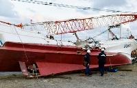 鹿島港の港口付近で貨物船と衝突した遊漁船「第5不動丸」を実況見分する鹿島海上保安署の捜査員=30日午後、茨城県神栖市