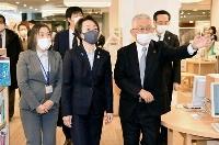 兵庫県明石市を訪れ、泉房穂市長(右)と施設を視察する橋本五輪相(中央)=16日