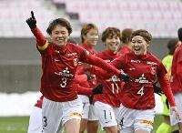 浦和―千葉 後半、決勝ゴールを決め、駆けだす浦和・南(左端)=ユアスタ