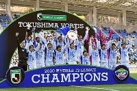 福岡を得失点差で上回りJ2初優勝を決め、大喜びの徳島イレブン=ベススタ(ゲッティ=共同)
