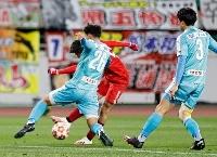 ホンダFC―筑波大 試合終了間際、決勝ゴールを決めるホンダFC・佐々木(奥)=静岡