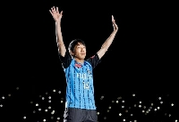 引退セレモニーでファンの拍手に応える川崎・中村=等々力
