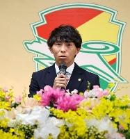 引退会見に臨んだサッカーJ2千葉の佐藤寿人=26日、千葉市内(ジェフユナイテッド千葉提供)